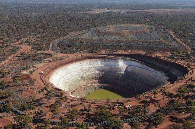 Vodeni basen na dnu otvorenog rudnika u blizini Kalgurlija, Australija, 6. avgust (Carla Gottgens/Bloomberg)