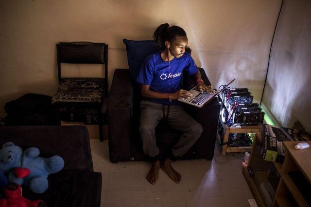 """Judžin Mutai, bitkoin """"rudar"""" i softveraš sa svojim mašinama za """"kopanje"""" kripto-valuta u svom domu u Najrobiju, Kenija, 9. septembar (Luis Tato/Bloomberg)"""