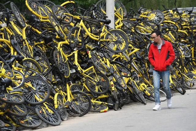 12. Čovek prolazi kraj gomile bicikala ispred prodavnice za popravku (Peking, 13. april, 2017, Rojters)