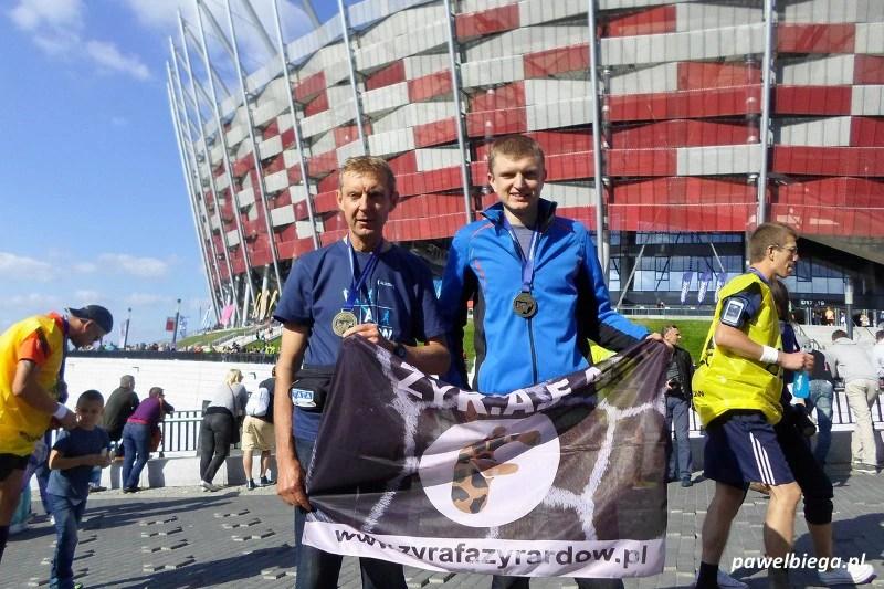 Ojciec z synem na mecie Maratonu Warszawskiego