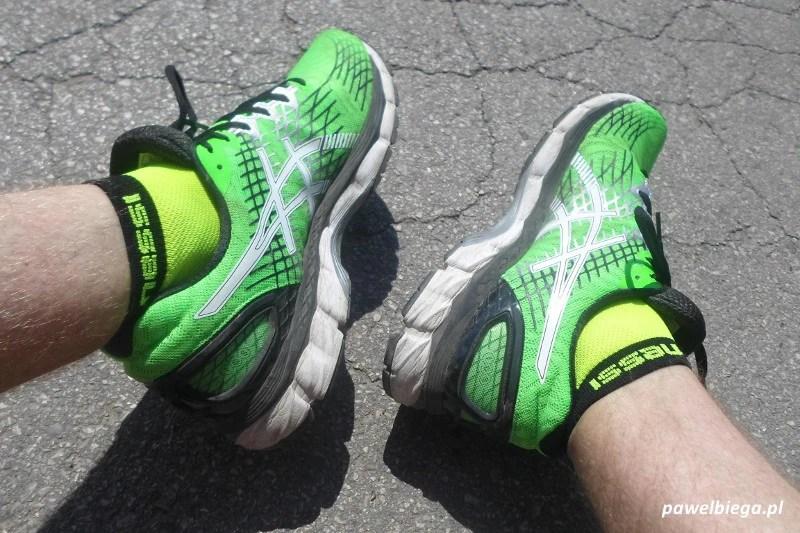 Asics Gel-Nimbus 17 - na nogach bokiem