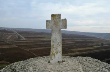 krzyż na skarpie nad brzegiem rzeki raut w starym orhei w mołdawii