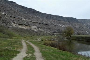groty skalne nad rzeką raut w starym orhei w mołdawii