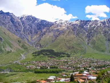widok ze wzgórza przy monasterze cminda sameba na stepantsmindę kazbegi
