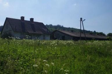 zabudowania dawnego pgru w lipowcu, opuszczonej wsi w beskidzie niskim