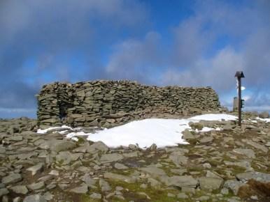 na szczycie diablaka, widoczny mur przeciwwiatrowy z kamieni, babiogórski park narodowy