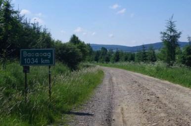 tablica wyznaczająca ilość km do babadag na drodze prowadzącej do czeremchy w beskidzie niskim