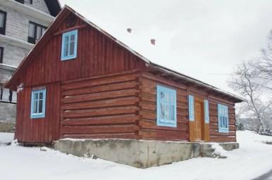 drewniane domostwo w pcimiu dupakach na czarnym szlaku na kudłacze w beskidzie makowskim