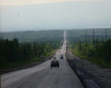 droga przez rosyjską tajgę z murmańska do apatytów na półwyspie kolskim, za kołem podbiegunowym
