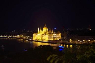 wieczorny widok ze wzgórza zamkowego na parlament, dunaj i budapeszt