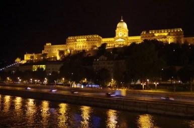wieczorny widok na zamek królewski i dunaj w budapeszcie na węgrzech