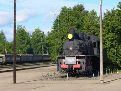dworzec kolejowy w dnie w rosji, widoczna stara lokomotywa
