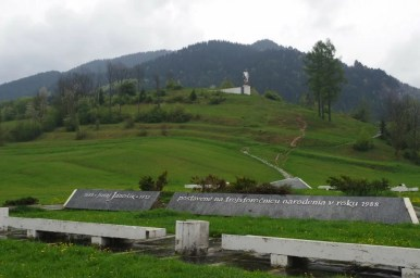 janosikova socha, czyli pomnik janosika w terchovej na tle małej fatry