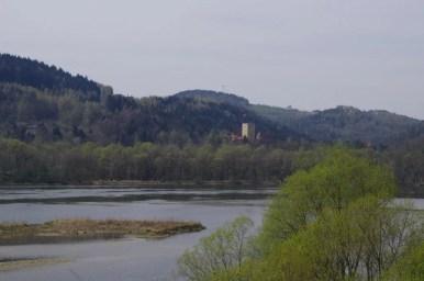 widok na jezioro czchowskie i zamek tropsztyn i z tropi w małopolsce