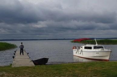 nad jeziorem dargin na mazurach, widoczny pomost i łódka