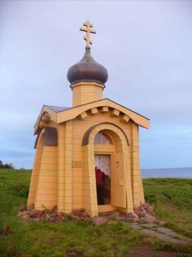 kapliczka nad morzem białym na półwyspie kolskim w rosji