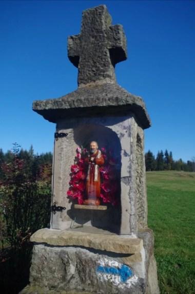 kapliczka ze świętym ojcem pio na koskowej górze w beskidzie makowskim