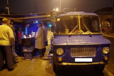 kiełbaski z niebieskiej nyski w krakowie, jedno z najpopularniejszych miejsc na szybkie żarcie w mieście