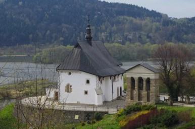 kościół świętych świerada i benedykta w tropiu na tle jeziora czchowskiego w małopolsce