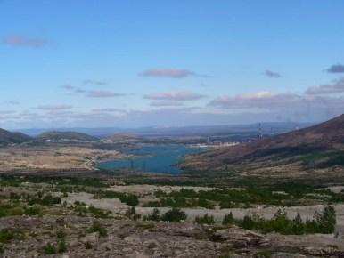 krajobraz okolic monczegorska spowodowany przez kwaśne deszcze i działalnośc fabryk, półwysep kolski w rosji