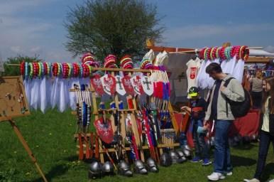 kramy pod kopcem krakusa w krakowie podczas corocznego święta rękawki