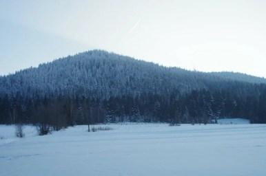zimowy widok na luboń wielki z przełęczy glisne w beskidzie wyspowym
