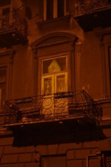 mona lisa wystawiona w oknie jednej z ruder na ulicy grunwaldzkiej w jarosławiu