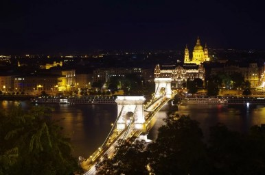 wieczorny widok na most łańcuchowy w budapeszcie na węgrzech