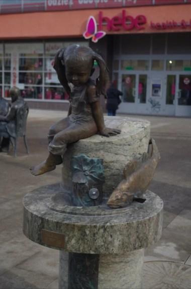 figurka dziecka przy ulicy piotrkowskiej w łodzi