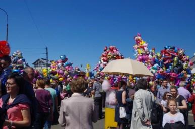 odpust emaus na krakowskim salwatorze, widoczne tłumy i balony