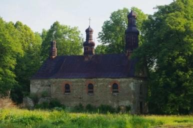 opuszczona cerkiew w króliku wołoskim w beskidzie niskim przed remontem