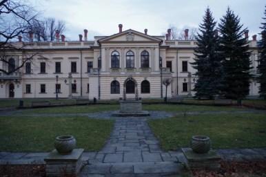 piękny pałac habsburgów w żywcu otoczony przez park, zimowy pejzaż