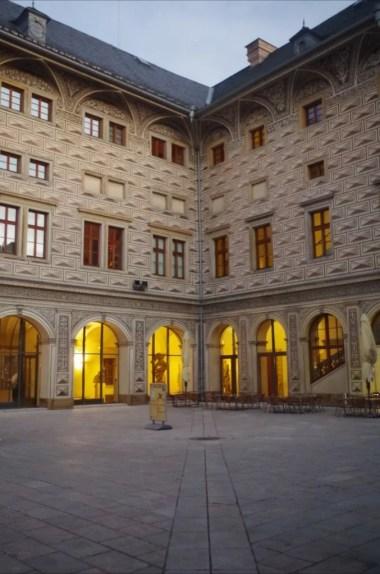 pałac schwarzenbergów w czeskiej pradze, widoczny dziedziniec wewnętrzny