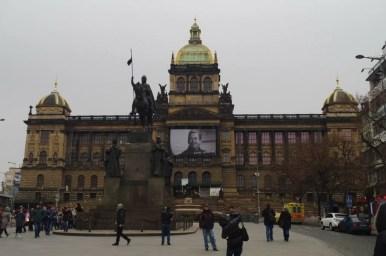 plac wacława w czeskiej pradze, widoczny baner z podobizną vaclava havla