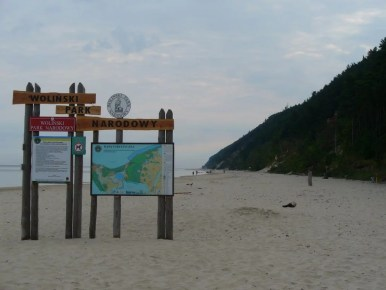 plaża w międzyzdrojach nad morzem bałtyckim przy wejściu do wolińskiego parku narodowego