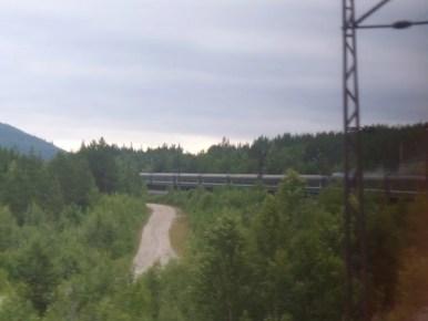 pociąg z murmańska do sankt petersburga jadący przez rosyjską tajgę na półwyspie kolskim w rosji