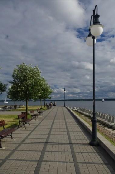 promenada nad jeziorem niegocin w giżycku na mazurach
