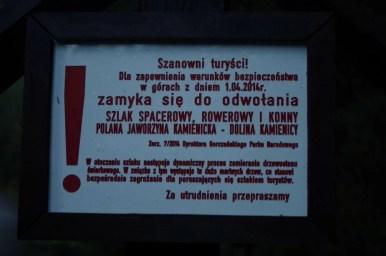 tabliczka informacyjna o zamkniętym szlaku w gorcach