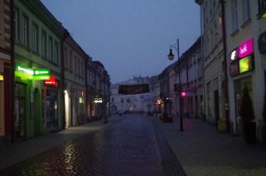 ulica grodzka w jarosławiu przy wieczornym świetle i przy siąpiącym deszczu