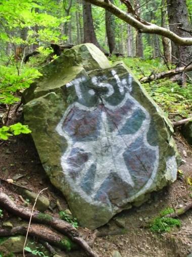 bazgroły na skale na szlaku w babiogórskim parku narodowym