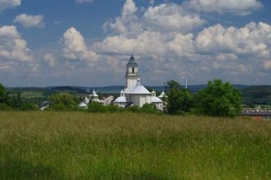widok na kościół w rymanowie spod cmentarza żydowskiego na wzgórzu