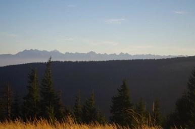 widok spod kudłonia na gorce i postrzępione szczyty tatr