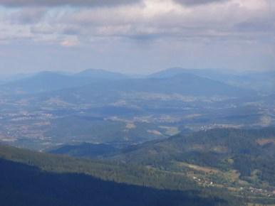 widok z babiej góry na beskid wyspowy, na pierwszym planie widoczny luboń wielki