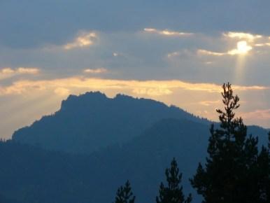 widok z bryjarki na trzy korony w pieninach o zachodzie słońca