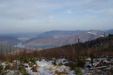 panorama na jezioro międzybrodzkie i północne wzniesienia beskidu małego z czupla, najwyższego szczytu pasma