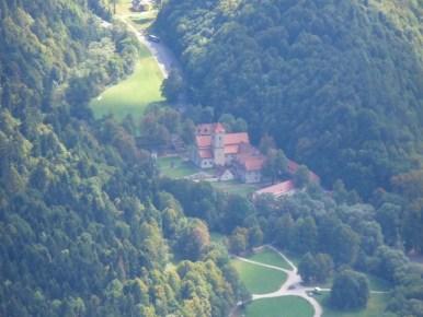 widok z trzech koron w pienińskim parku narodowym na czerwony klasztor na słowacji