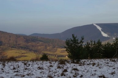 widok znad czernichowa na górę żar, widoczna ośnieżona trasa narciarska