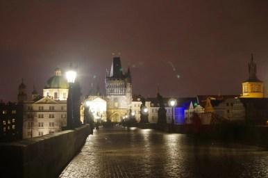 wieczorny i pusty most karola w pradze w czechach