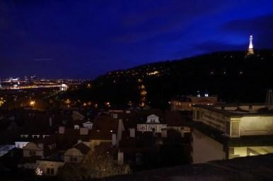 wieczorny widok z hradczan na pragę w czechach, widoczne wzgórze petrin