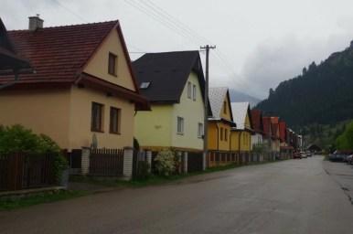charakterystyczna zabudowa terchovej w słowackiej małej fatrze